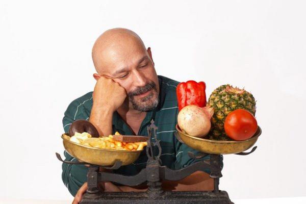 Здоровая еда против вредной у мужчины