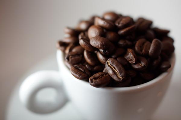 Зерновое кофе в белой чашке
