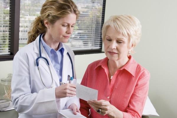 Доктор направляет женщину на определение концентрации липопротеинов крови
