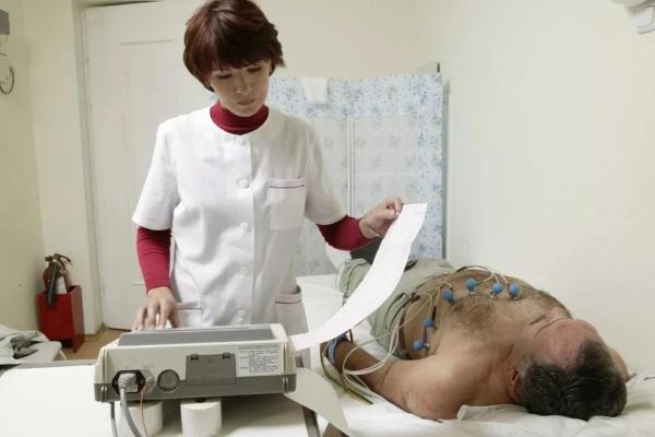 Мужчине проводят электрокардиографию