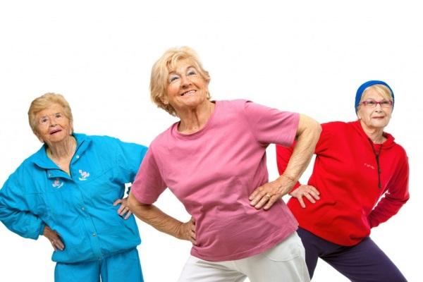 Пожилые дамы занимаются гимнатикой