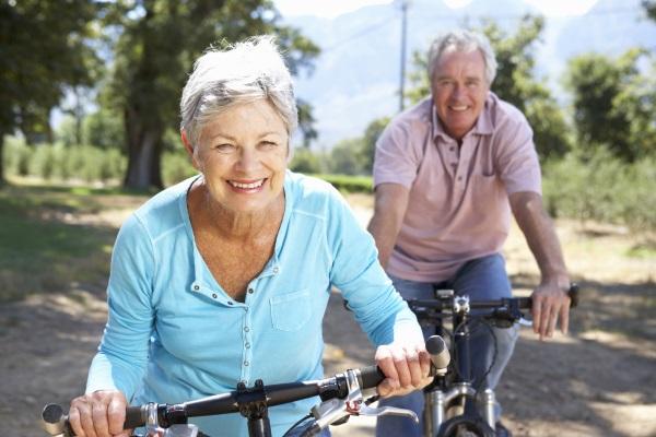 Пожилая пара катается на велосипедах