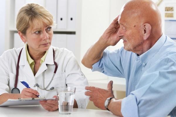 Мужчина жалуется врачу на головкружение