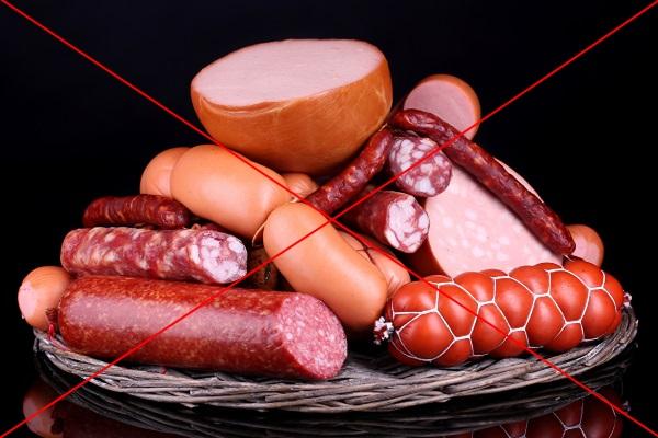 В переработанном мясе выявляется повышенное содержание холестерина и насыщенных жиров