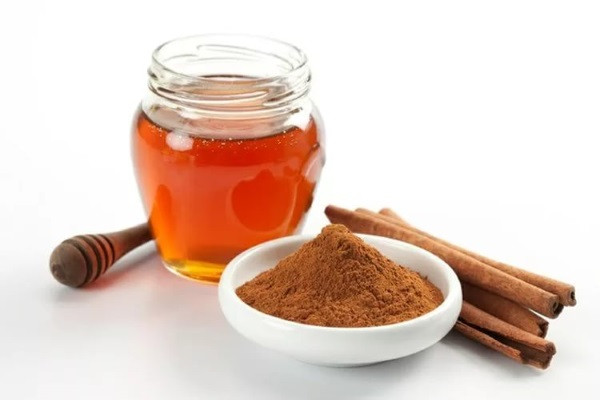 Народная медицина рекомендует сочетать мед с корицей