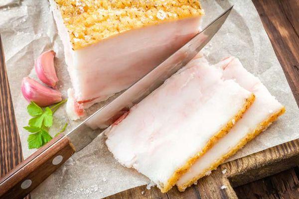 Нарезанное свежее свиное сало