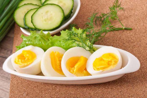 Вареные яйца на тарелке