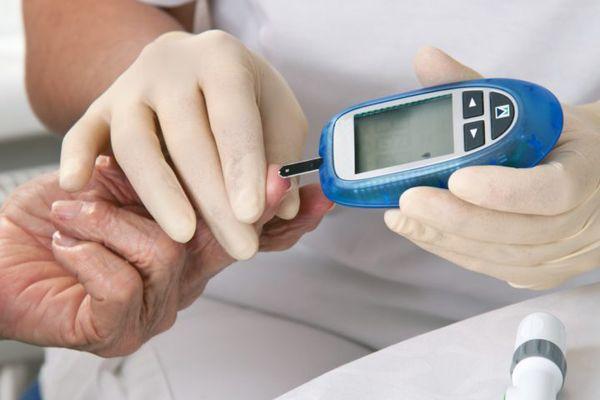 Измерение сахара в крови у мужчины